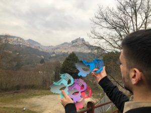 Alessandro D'Alcantara mostra le maschere realizzate nei quattro colori